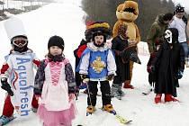 Desítky dětí v maskách s rodiči si přijeli zalyžovat v rámci sobotní akce Skalkonoš a Lyžnici v lyžařském areálu Skalka za Ostravou-Porubou.