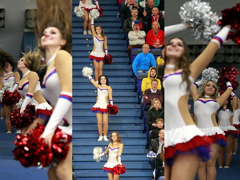 CHEERLEADERS, jak se jim říká v anglicky mluvících zemích, nebo také roztleskávačky jsou ozdobami pauz hokejových utkání vrcholícího hokejového mistrovství světa jak v Ostravě, tak v Praze.
