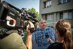 Panelový dům v Bohumíně následující den po požáru bytu, při kterém v sobotu 8. srpna 2020 zahynulo 11 lidí. Na snímku místostarosta Bohumína Igor Bruzl v rozhovoru s novináři.