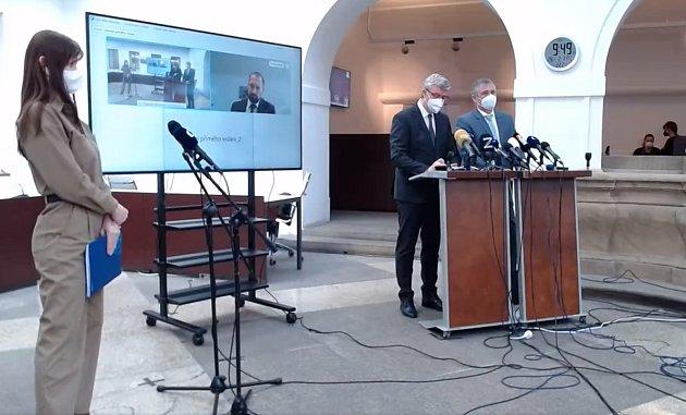 Tisková konference vatriu Poslanecké sněmovny vPraze.