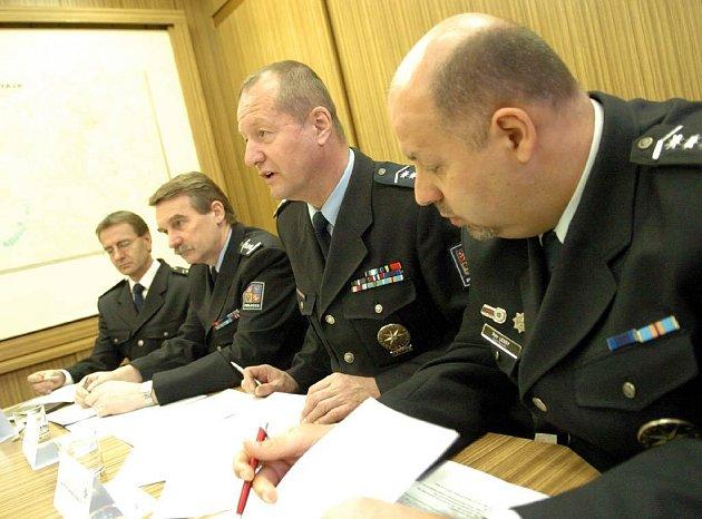Zleva Tichý, Třetina a šéf severomoravských policistů Jaroslav Skříčil