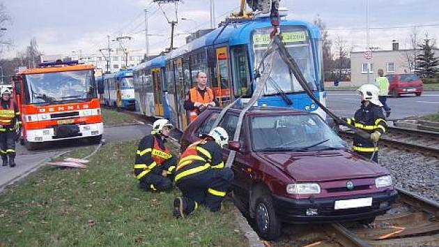 Škoda Felicia vjela v pondělí odpoledne do kolejiště těsně před přijíždějící tramvaj, která do auta narazila.