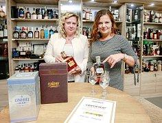Jarmila Haasová (na snímku vlevo) a Kateřina Rumpová v interiéru prodejny Rumpa-Drinks  v Novoveské ulici v Mariánských Horách.