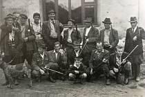 """Členové mysliveckého sdružení """"Bučina"""" před bartovickou krčmou v roce 1958."""