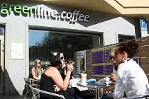 Kavárna Greenline Coffee zaujme svěžím moderním interiérem.
