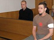 Martinu Mládkovi, který si v soudní síni zakrýval tvář novinami, soud vyměřil pět let. Václav Čermák dostal a rok a půl více.