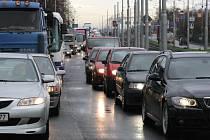 Situace na Plzeňské ulici v Ostravě je pro řidiče složitá