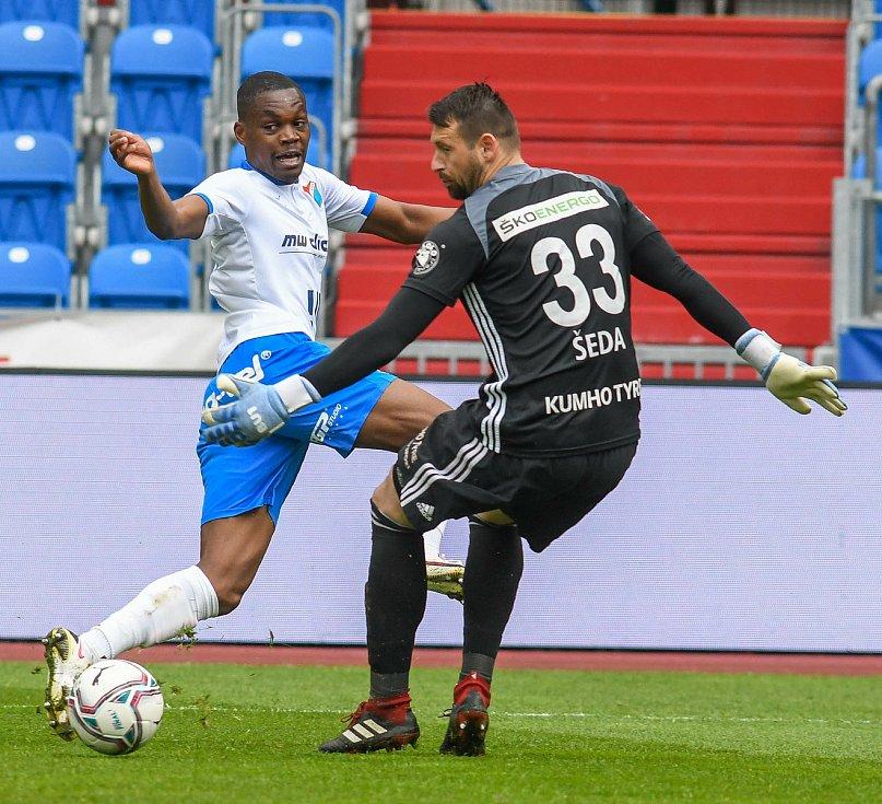 Fotbalisté Baníku Ostrava (v modro-bílém) v duelu 28. kola FORTUNA:LIGY s Mladou Boleslaví (2:1). Obránce Gigli Ndefe a gólman Jan Šeda.