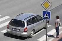 Přechody pro chodce mohou být místem dlouhého čekání i nebezpečí. Ilustrační snímek.