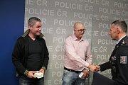 Zachráncům Josefu Kneblovi (vlevo) a Davidu Čermákovi poděkoval i ředitel moravskoslezské policie Tomáš Kužel.
