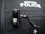 Miniaturní kamery na uniformách strážníků mají preventivní i praktický význam.