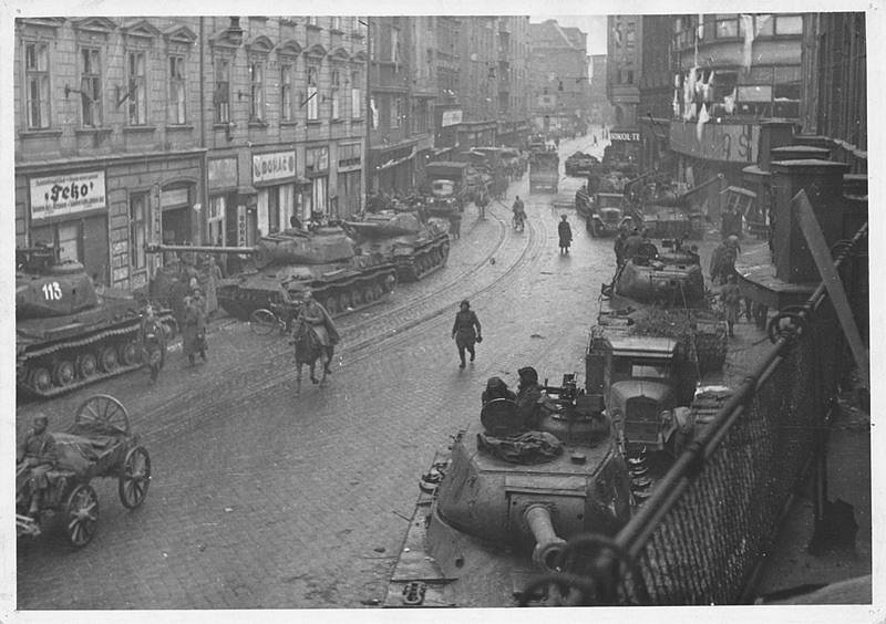 Rudoarmejci v ulicích Moravské Ostravy na snímku z Archivu města Ostravy.