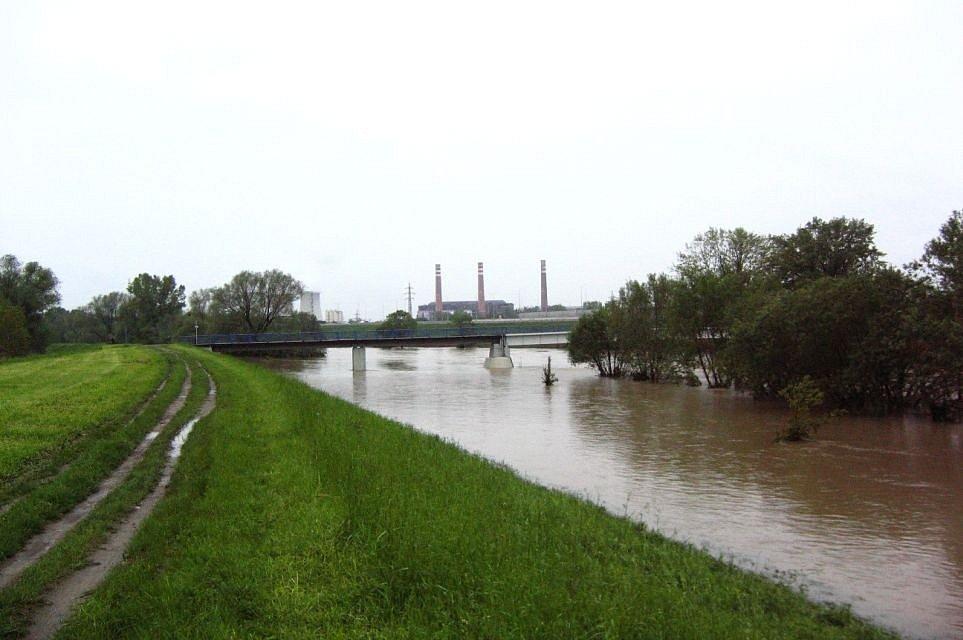 V úseku podél Ostravy až k Bohumínu (km 5,7 – 22,0) byla řeka v 50. až 60. let min. století upravena a ohrázována (úsek pod soutokem s Opavou, v pozadí Elektrárna Třebovice)