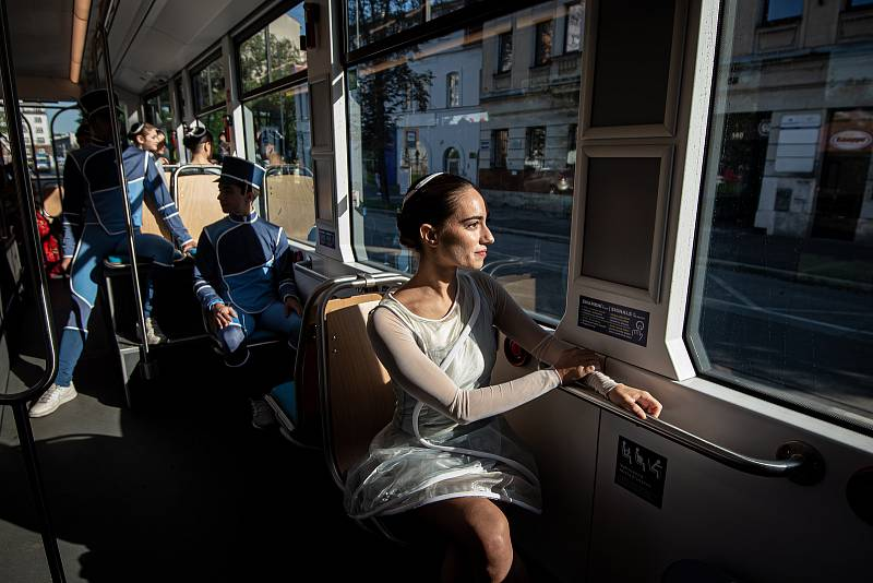 Balet Národního divadla moravskoslezského (NDM) předvedl ukázku z baletu Coppélia a Rossiniho karty v tramvajích městské hromadné dopravě (DPO), 3. září 2020 v Ostravě.