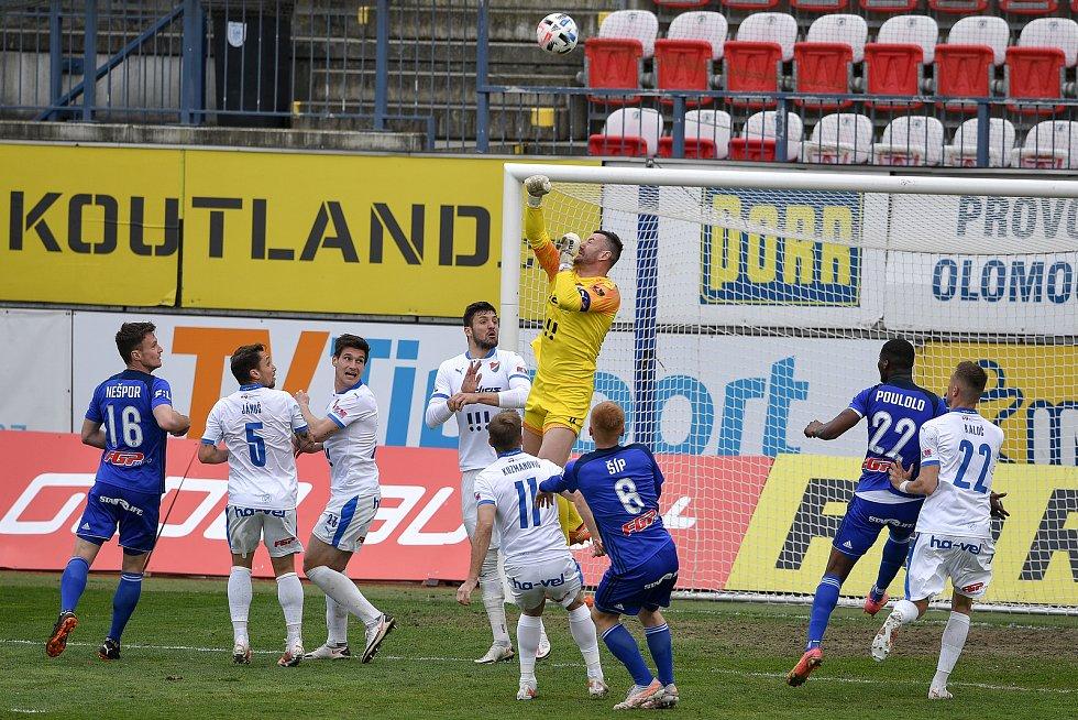 Utkání 29. kola první fotbalové ligy: Sigma Olomouc - Baník Ostrava, 24. dubna 2021 v Olomouci. (střed) brankář Ostravy Jan Laštůvka.