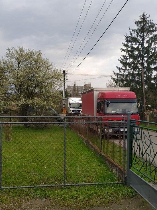 Usedlíkům v Ostravě-Kunčicích se nelíbí záměr výstavby skladovací haly a kácení toho mála lesního porostu, který v okolí je. Obávají se také zvýšení frekvence nákladní dopravy (na snímku) a skladování stavebního materiálu.