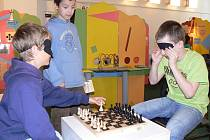 Návštěvníci interaktivní výstavy Oči nevidomých – uši neslyšících si mohou například zkusit zahrát stolní hry pro nevidomé.