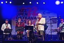 Fanoušci jazzové hudby si v Ostravě přišli zase po roce na své. V areálu Slezskoostravského hradu se konal patnáctý ročník festivalu Jazz Open Ostrava. Hlavní hvězdou večera byl americký trumpetista Philip Lassiter. Foto: Jaroslav Elfmark
