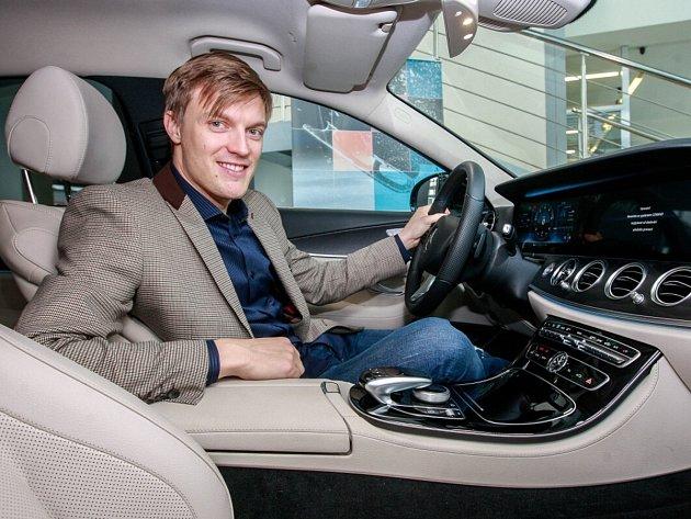Tomáš Verner v autě Mercedesu.