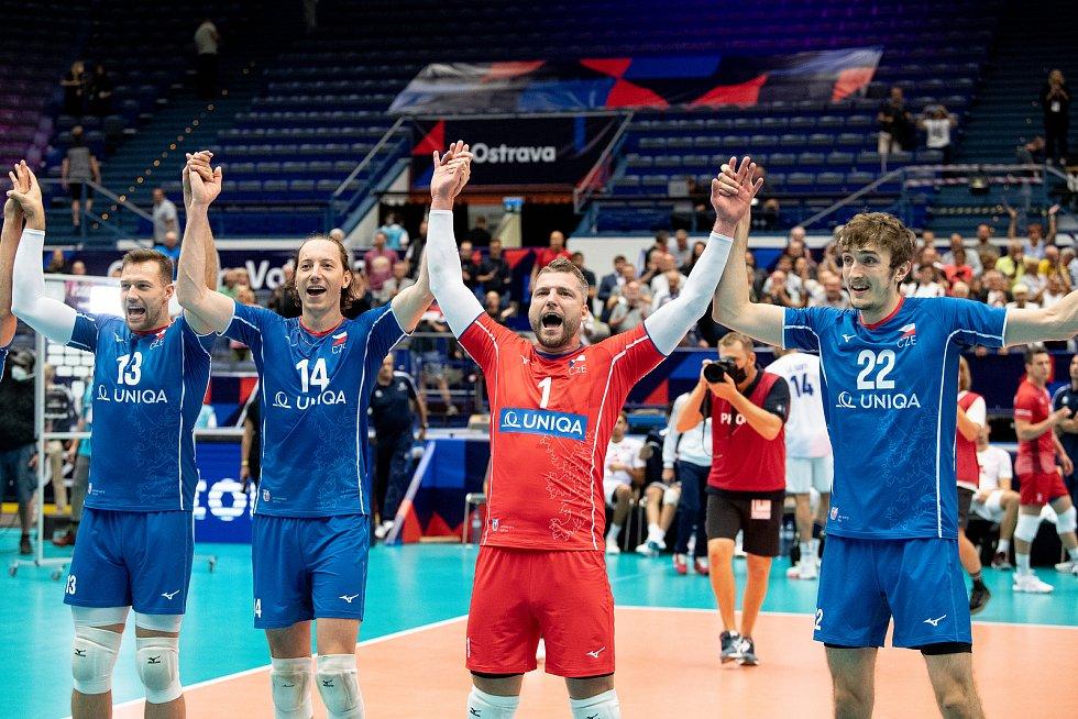 Smečař Adam Bartoš v dresu s číslem 14 se raduje po vítězství nad Francií 3:0. Vlevo Jan Galabov (13), vpravo Milan Moník (1) a Oliver Sedláček (22).