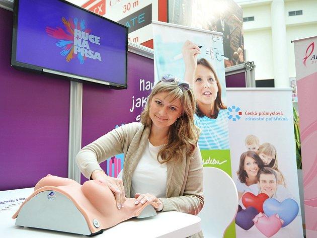 """Ruce na prsa speciálnímu modelu přezdívanému """"fantom"""" jako první položila moderátorka a modelka Monika Žídková."""