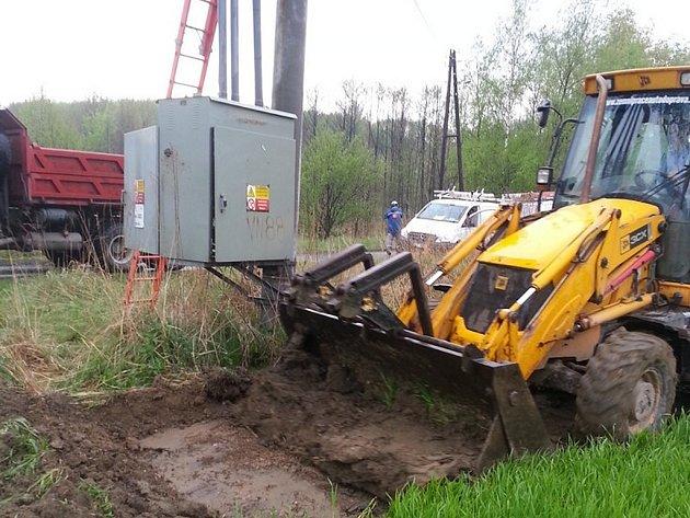Při krádežích téměř vždy dochází k úniku oleje do okolní zeminy. Energetici pak musejí provést finančně i technicky náročnou sanaci půdy.