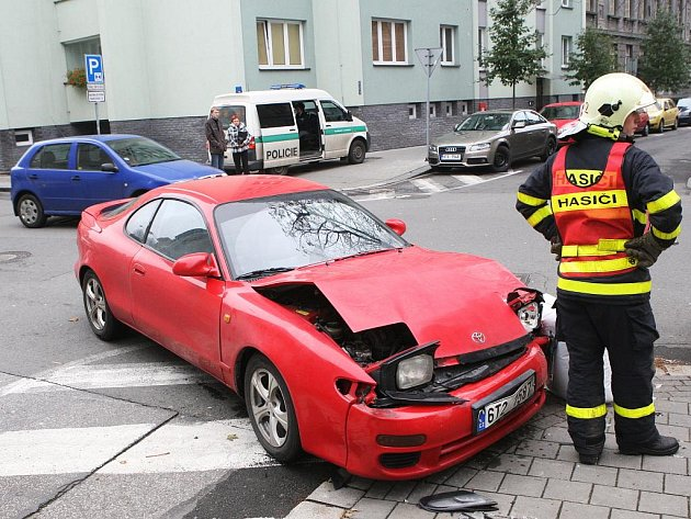 Páteční havárii dvou aut na Mlýnské ulici v Ostravě zřejmě způsobilo nedání přednosti v jízdě.