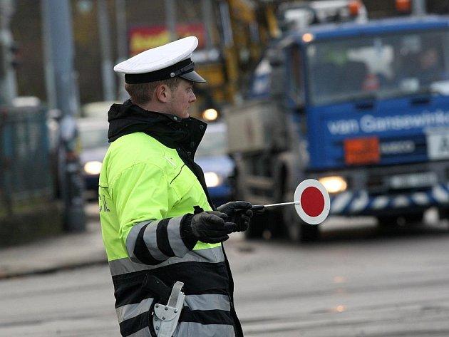 Řízení provozu na rušné křižovatce v Nové vsi u vodárny mají na starosti hned dva policisté najednou. S kolegy se střídají zhruba po dvou a půl hodině.