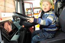 V rámci Dne požární bezpečnosti se v pátek v Moravskoslezském kraji konala řada akcí. v Ostravě se veřejnosti otevřelo všech šest hasičských stanic, kde si zájemci mohli prohlédnout i osahat záchranářskou techniku.