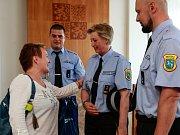 Paní Lenka (v popředí) ve středu osobně poděkovala strážníkům, kteří jí pomohli. Zleva Filip Škrobánek, Pavla Prečová, Václav Živný.