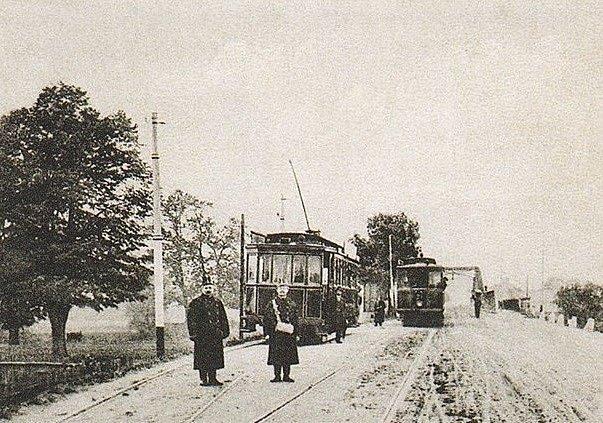 Jednokolejná tramvajová trať s výhybkami pod Hulváckým kopcem a před mostem přes řeku Odru byla vedena po tehdejší Opavské ulici (dnes U Boříka). Původní linka z Přívozu do Moravské Ostravy a Vítkovic, budovaná od roku 1890, byla prodloužena nejprve do Ma