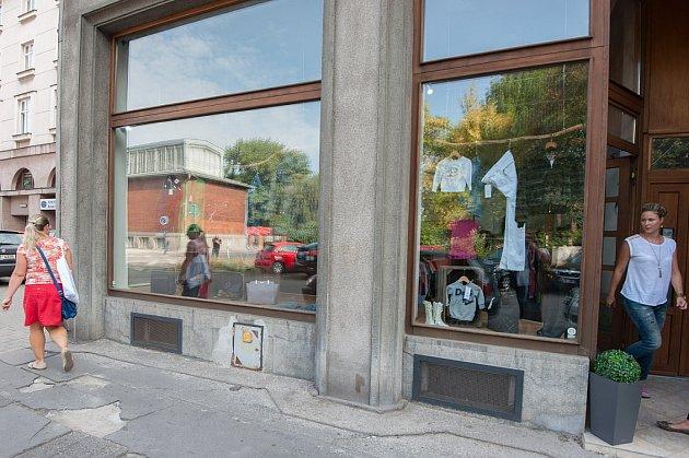 VJurečkově ulici se například vuplynulých dnech otevřela outletová prodejna a značkový charitativní bazar vjednom.