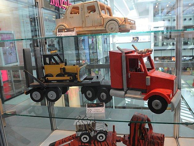Výstava dřevěných modelů aut a náklaďáků v posledním podlaží obchodního centra Forum Nová Karolina v centru Ostravy.