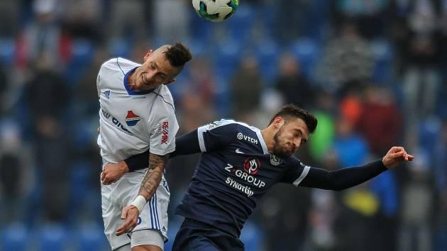 BURCUJE. Obránce fotbalového Baníku Jiří Fleišman (v bílém) věří, že se týmu podaří ve zbytku prvoligového jara vymanit ze sestupového pásma.