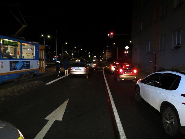 Policisté hledají řidiče, který utekl zmísta nehody.