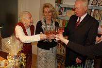 Ve svém věku je Marie Čapková stále energická žena.