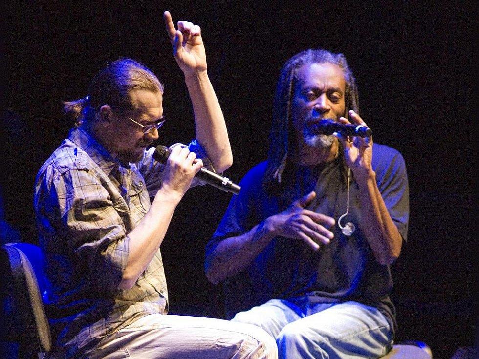 Bobby McFerrin a Dan Bárta při společném vystoupení v Praze.