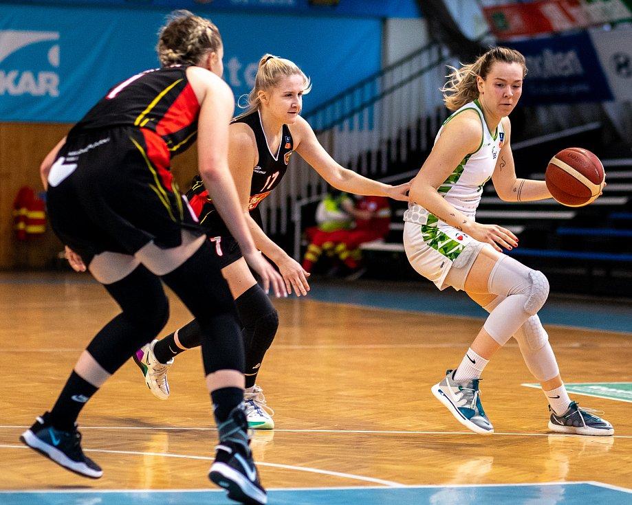 Utkání 12. kola Ženské basketbalové ligy: SBŠ Ostrava - Sokol Hradec Králové, 3. ledna 2021 v Ostravě. Lucie Bolardtová z Hradce Králové a Stella Tarkovičová z Ostravy.