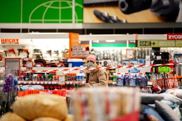 Zakryté regály vyznačující plochu se zákazem vstupu zákazníků vhypermarketu Globus, 27.prosince 2020vOstravě. Od neděle začal platit nejvyšší, pátý stupeň pohotovosti protiepidemického systému PES. Prodávat tak bude nyní možné vobchodech pouze základ
