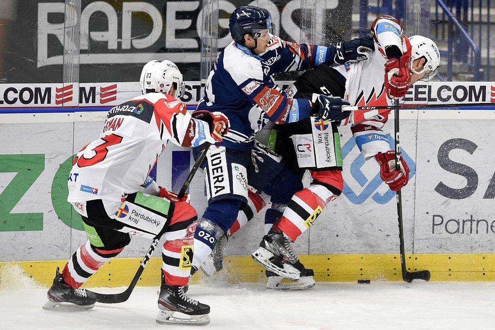 Utkání 50. kola hokejové extraligy: HC Vítkovice Ridera - HC Dynamo Pardubice, 2. března 2021 v Ostravě. (zleva) Ondřej Roman z Pardubic, Patrik Koch z Vítkovic a Jan Kolář z Pardubic.
