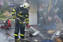 Hasiči likvidovali požár rohožek ve skladu v Pustkovci.