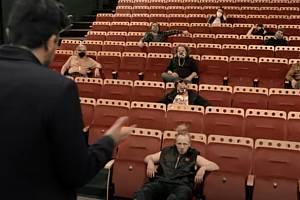 Záběr z promo videa seriálu Skoro na mizině.