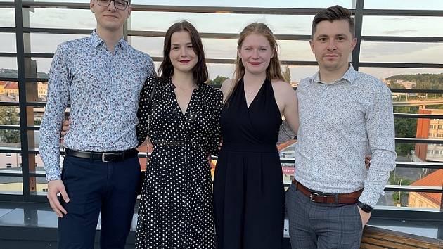Vít Kuldan (vlevo) s kamarádkami z firmy PEAK jejich mentorem.