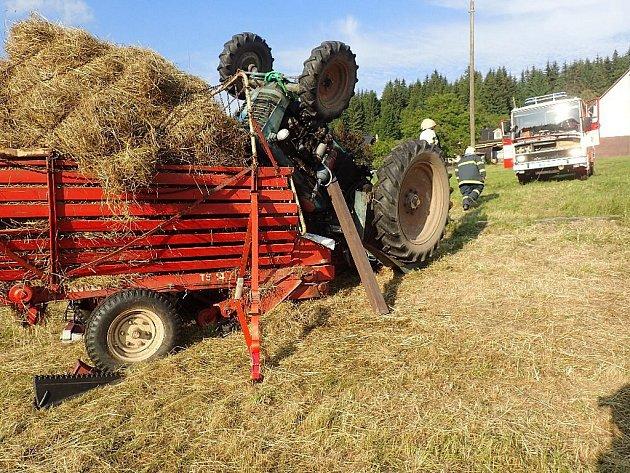 Záchrana traktoristy na poli v Dolní Lomné.