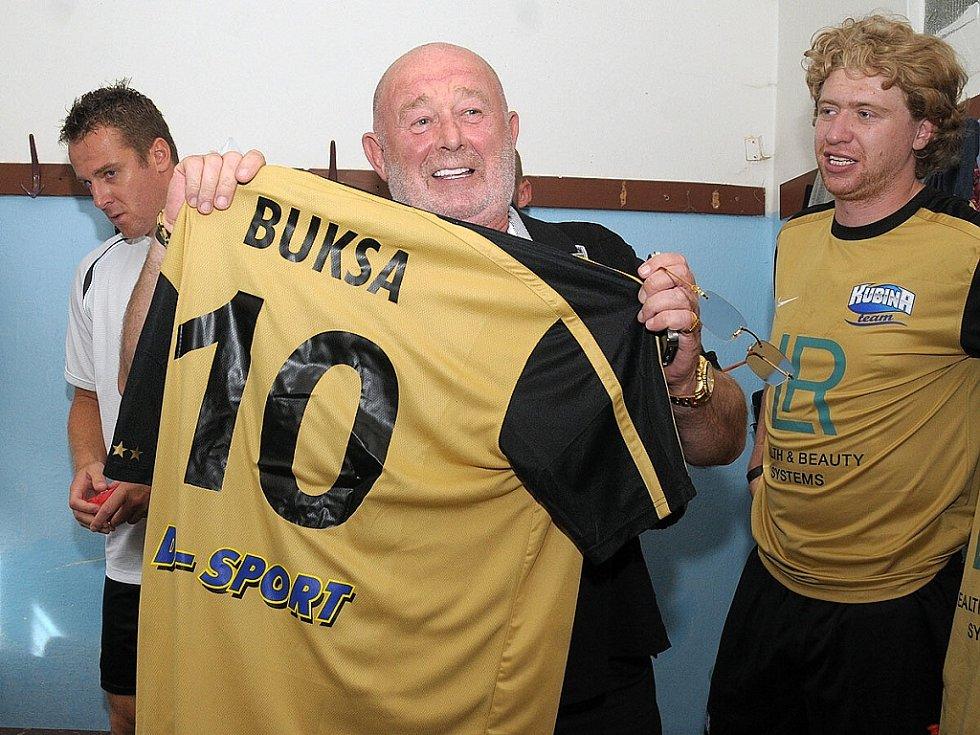 Aleš Buksa je úspěšný podnikatel, symbol takzvaného multi-level marketingu. Patří také ke sponzorům různých sportovních akcí v regionu, přispívá ale i na charitu.