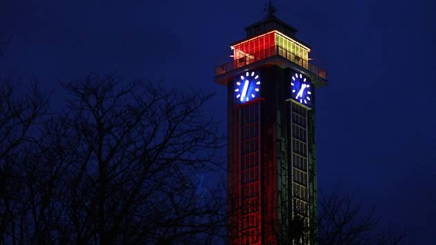 Ostravská radnice nasvícená do barev Belgie.
