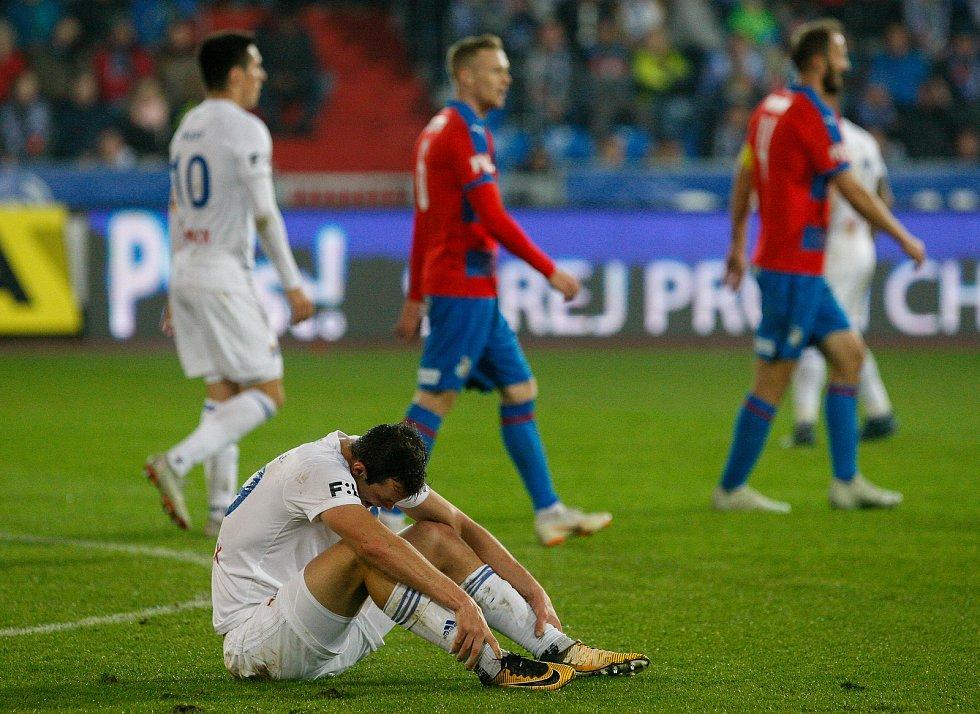 FC Baník Ostrava - FC Viktoria Plzeň, smutek z prohry nad Plzní, v bílém Jakub Šašinka