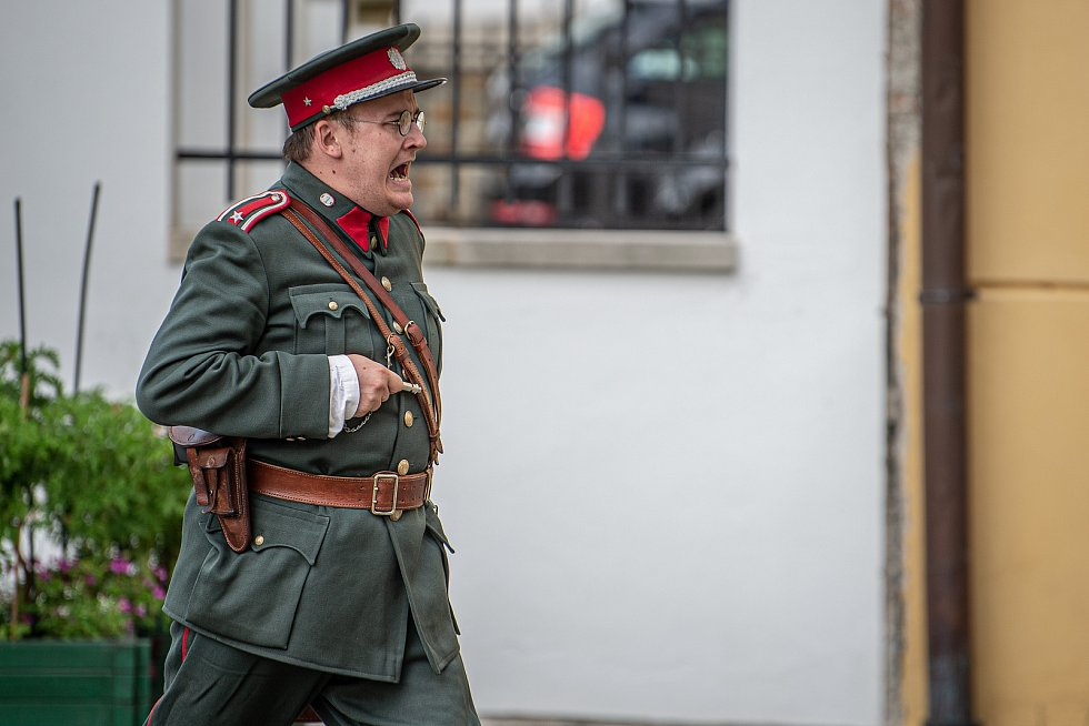Klub vojenské historie Fenix při ukázce, kdy německý Wermacht obsadil zámek, 29. srpna 2020 v Bílovci.