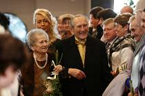 Desítky příbuzných a známých se v sobotu sešly v obřadní síni Úřadu městského obvodu Ostrava-Jih. Svůj svatební slib tady krátce před polednem znovu po sedmdesáti letech stvrdili manželé Kublínovi.