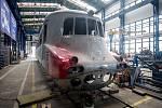 """Renovace motorového vozu M 290.0 označovaného též podle spoje, na němž jezdil, také jako """"Slovenská strela"""", v hranických dílnách společnosti Českomoravská železniční opravna, 13. června 2019."""